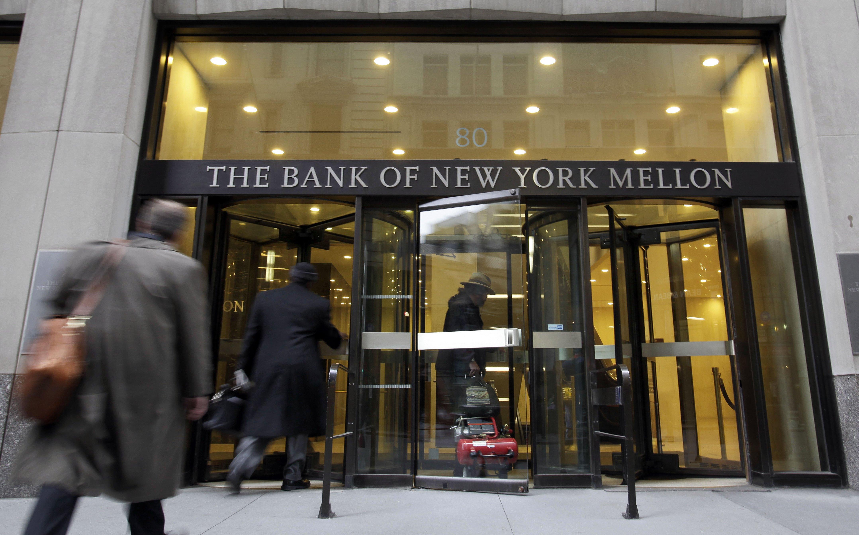Earns Bank of New Yorl Mellon