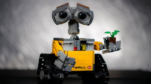 Imagen de robot sosteniendo planta de legos via Unsplash